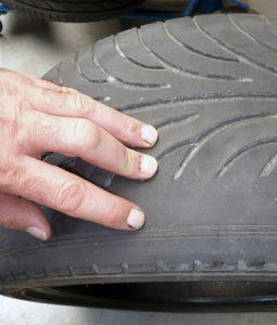 كم يجب ان تدوم الإطارات الجديدة للسيارة؟